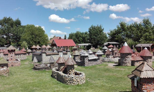35 várat épített a kertjében