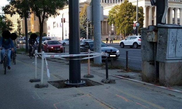 És igen, Budapest is megcsinálta: oszlopot a bicikliútra!