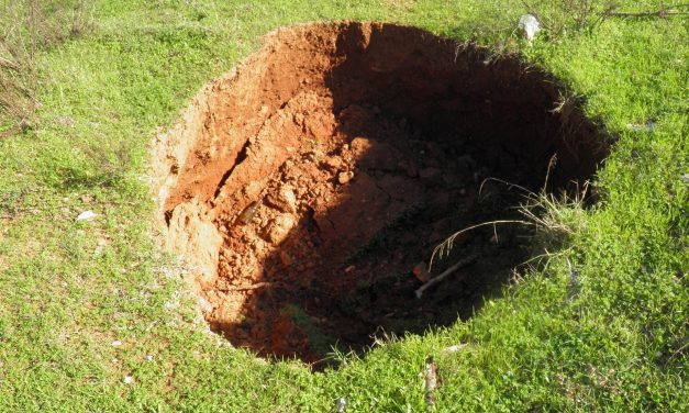 Rejtélyes lyukak Nógrád megyében? Miért nyílik meg a lábunk alatt a föld?