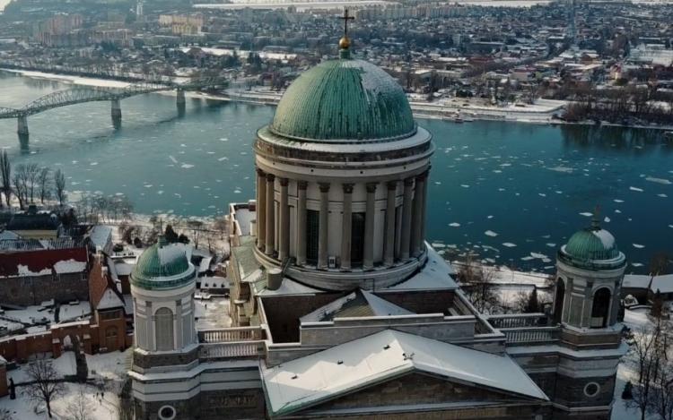 A Dunakanyar télen-nyáron gyönyörű a magasból