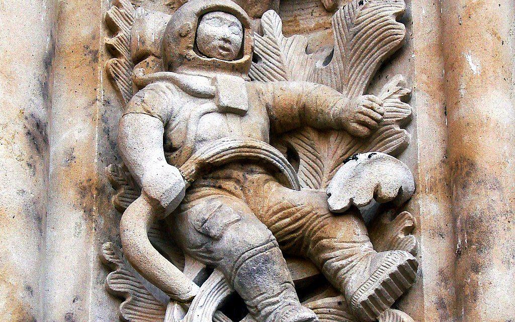Űrhajós faragás egy ősi spanyol katedrálison? Befalazott WC Szocsiban? Vicces építészeti legendák