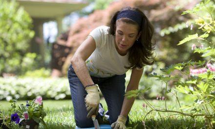 Szétmegy a térde a kerti munkától? Készítsen térdeplőt és ülőkét cserépből!