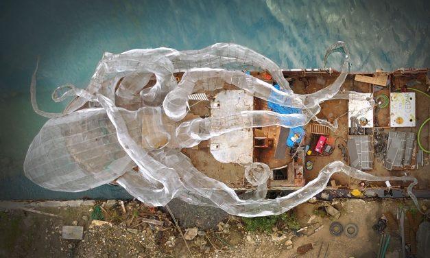 Óriási polipot építettek a híres hajóra, aztán elsüllyesztették
