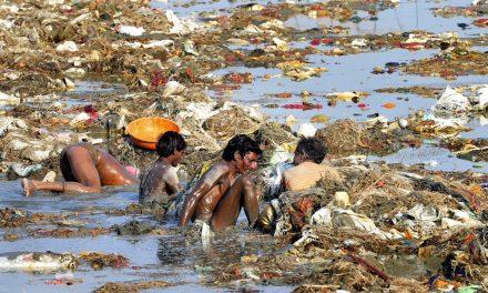 Kristálytiszta folyóból mérgező mocsok: a szent Gangesz útja