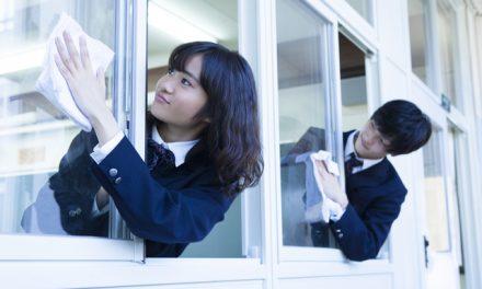 Hihetetlen, de igaz: Japánban a diákok takarítják az iskolát, és boldogan teszik