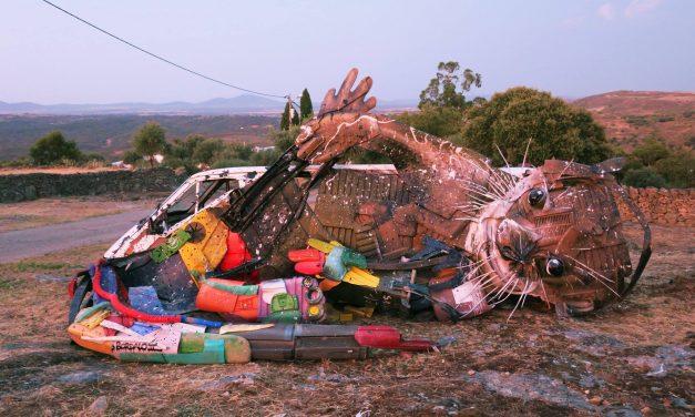 A művész, aki szemétszobrászattal küzd a hulladéktermelés ellen