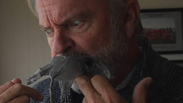 Miért eszik meg Sam Neill egy nejlonzacskót?