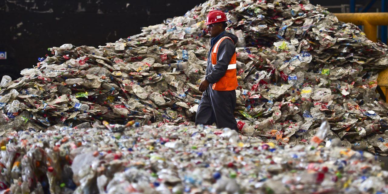 Tudósok véletlenül olyan mutáns enzimet hoznak létre, ami megeszi a műanyag palackokat