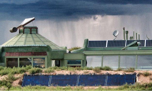 Szemétből épült a nulla forintból fenntartható, hálózatfüggetlen otthon
