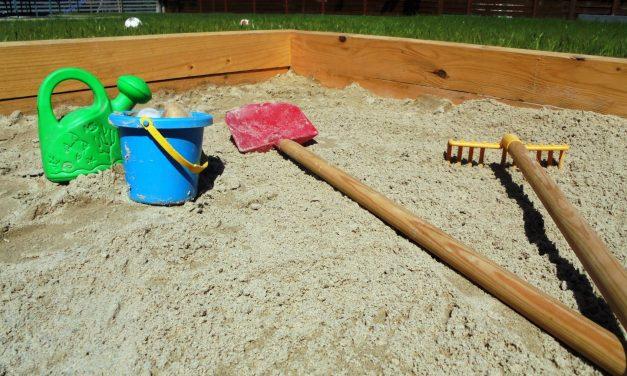 Hobbikertész udvara: homokozó építés