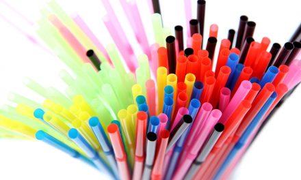 Az EU-ban is betilthatják a szívószálat és a műanyag keverőpálcikákat
