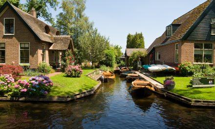 Autók helyett csónakok és fantasztikus kertek: ez Giethoorn, a holland Velence