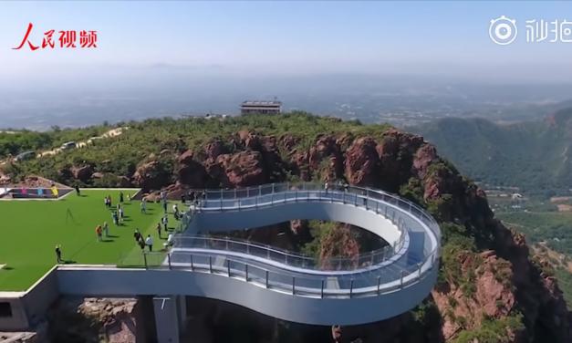 A világ legnagyobb U-alakú üveghídja épült fel Kínában