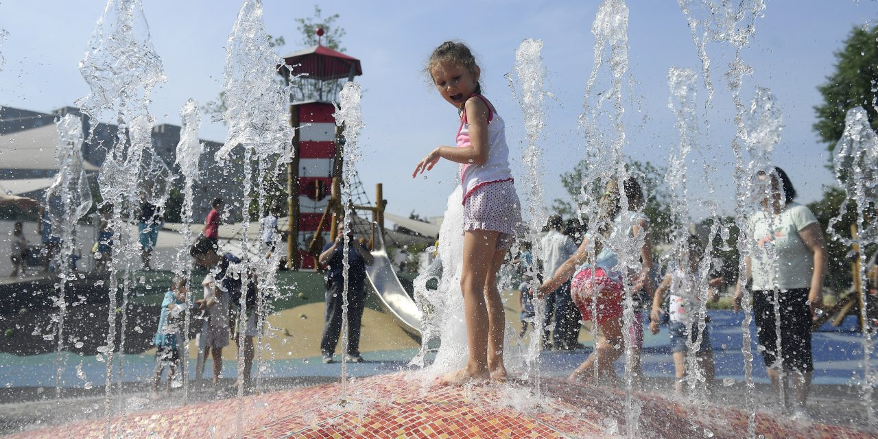 Hatalmas vizes játszótér épült Kispesten