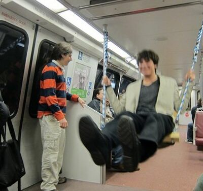 Ha így ülsz le a metrón, biztos mindenki ledöbben