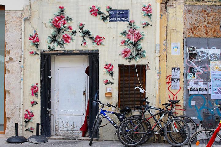 Hímzett virágok virulnak Madrid utcáin