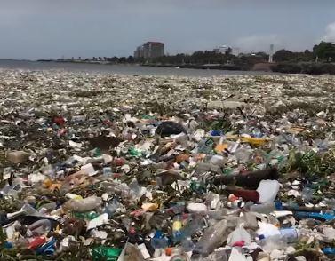 Több tonnányi műanyagszemét úszik a Dominikai Köztársaság partjainál (videóval)