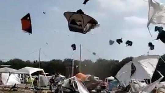 Ezt látnod kell: tornádó csapott le a fesztiválozókra (videó)