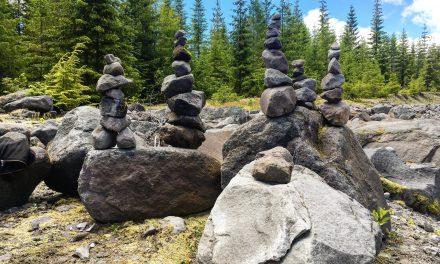 Tele vannak a vízpartok toronyba rakott kövekkel, de mi ezzel a baj?