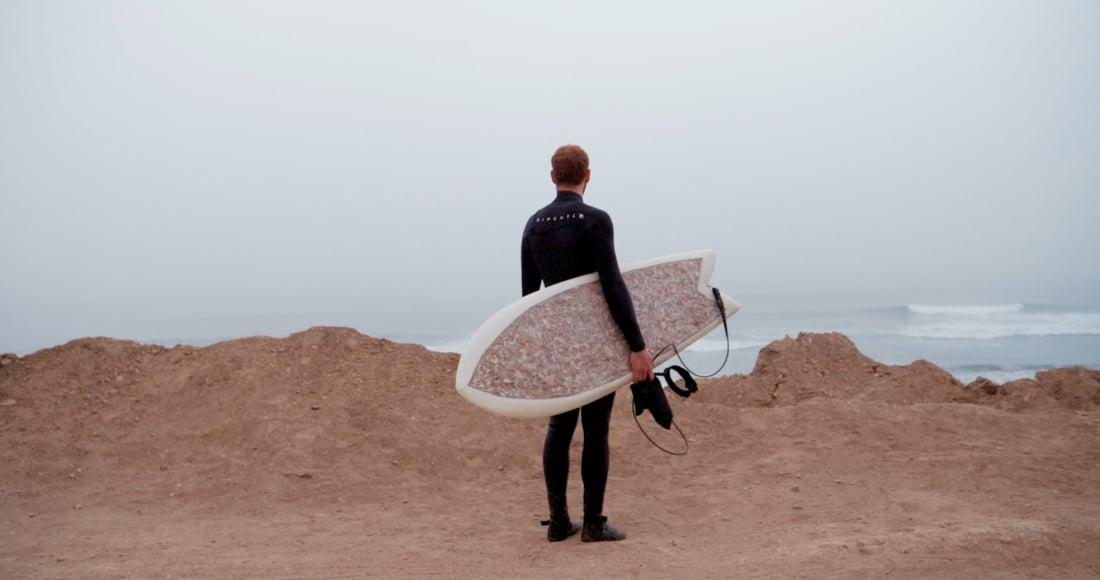 Tízezer cigicsikkből készítettek szörfdeszkát