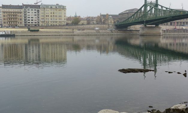Olyan alacsony a Duna vízállása, hogy kilátszik az Ínség-szikla