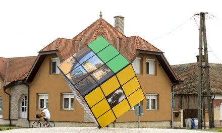 Hatalmas Rubik-kocka került Csorna egyik körforgalmába