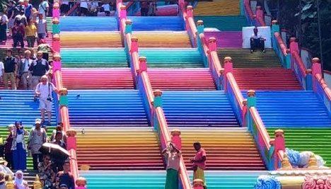 Szivárványszínű lett a híres lépcső, de ennek nem örül mindenki