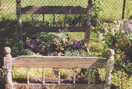 A kert dísze, vagy borzalom a régi ágyból készült virágágyás?