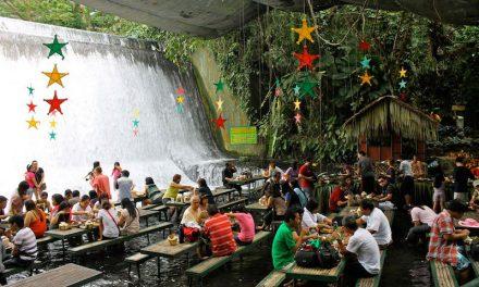 Ebédelnél egy vízesés alatt?