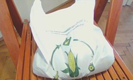 Élőben közvetítik, hogy valóban lebomlik-e 8 hét alatt a kukoricakeményítőből készült zacskó