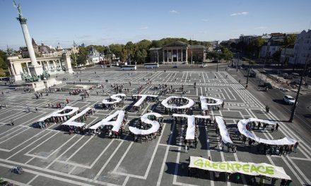 Az eldobható műanyag szatyrok betiltásáért tüntetett a Greenpeace Budapesten