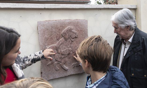 Frakk és Labdarózsa domborművei kerültek egy kápolnásnyéki játszótér mellé