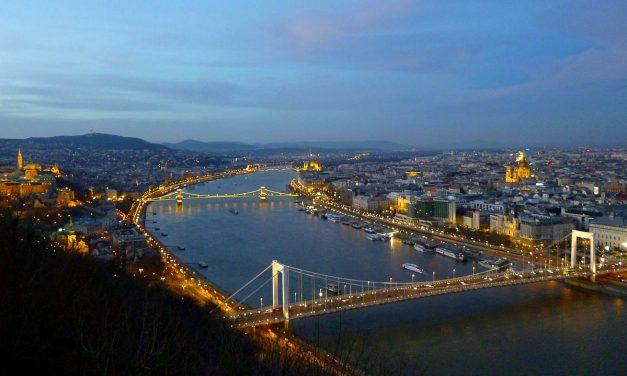 Tele van a Duna műanyaggal