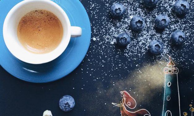 Illusztrációk gyümölcsökkel, virágokkal és kávéval, reggeli mellé