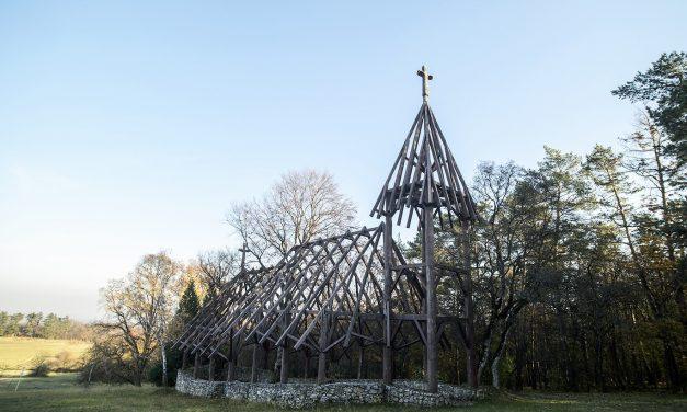 Két élő fa áll az újraépülő templom belsejében