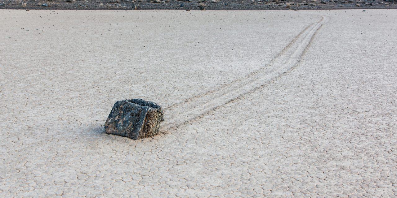 Két kő megy a sivatagban, azt mondja az egyik: te, nekünk nincs is lábunk!