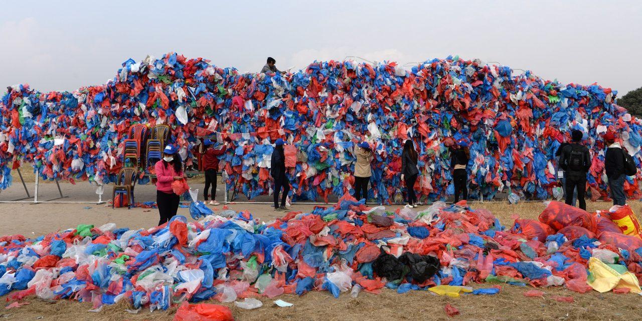100 ezer műanyag zacskóból rakták ki a Holt-tenger térképét