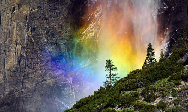 Szivárvány folyik a Yosemite vízesésből