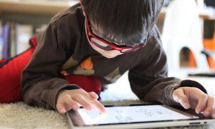 Így teszi le a gyerek a táblagépet